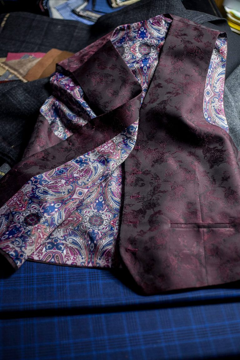 wnętrze fioletowej kamizelki męskiej